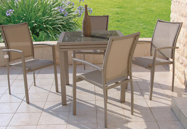 """סט גינה """"בונדי"""" שולחן + 4 כסאות בצבע קפוצ'ינו"""